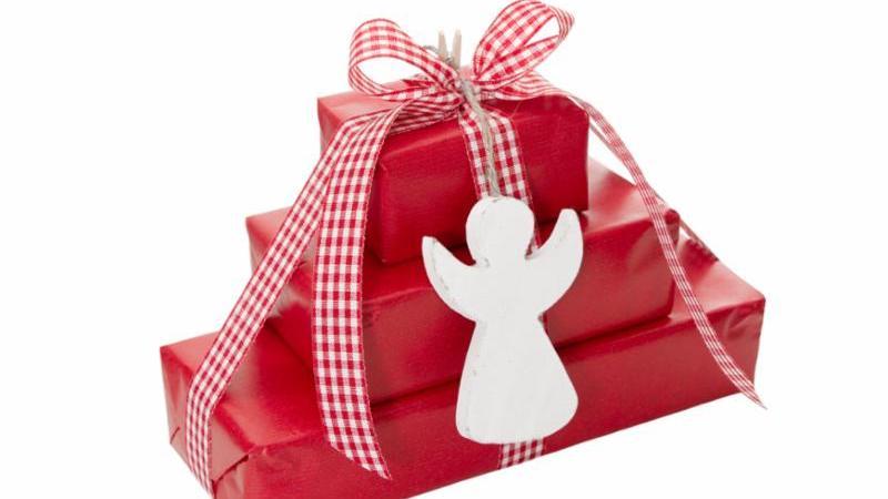 red_gifts_angel.jpg