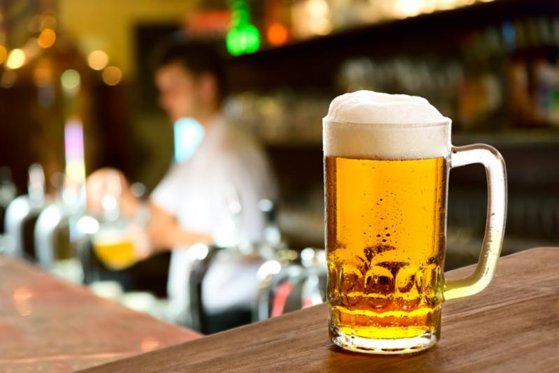 full_beer_glass_at_bar.jpg