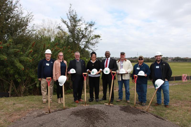 El Alcalde Demings, el Alcalde Dyer, la Comisionada Uribe y otros líderes de la comunidad posan para la foto con palas en las manos para celebrar el inicio de obras y la expansión de Barber Park.