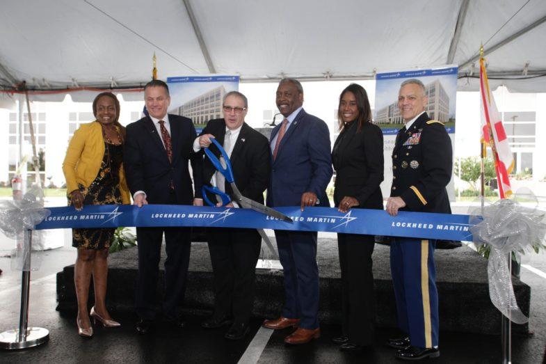 El Alcalde del Condado de Orange, Jerry Demings, reunido con otros cinco líderes de la comunidad y ejecutivos de Lockheed Martin durante la ceremonia de corte de cinta  por la inauguración del centro de Investigación y el Desarrollo II de Lockheed Martin.
