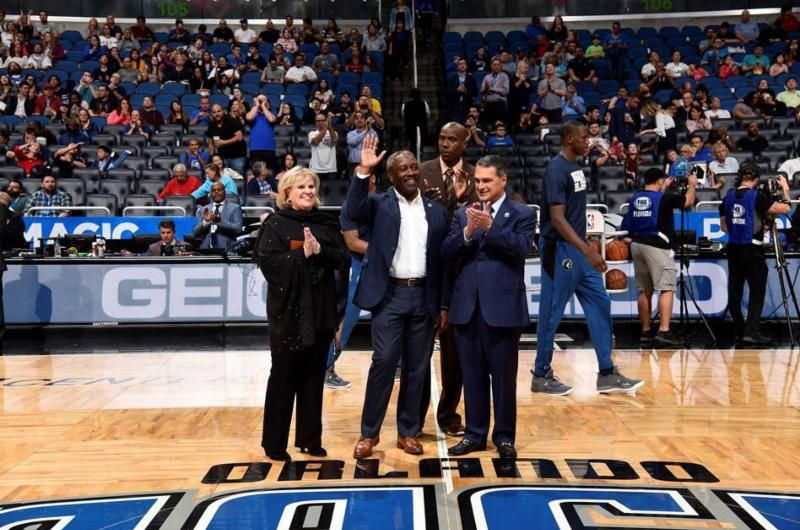 Publicación de Twitter - Alcalde Demings durante un partido del equipo de baloncesto Orlando Magic