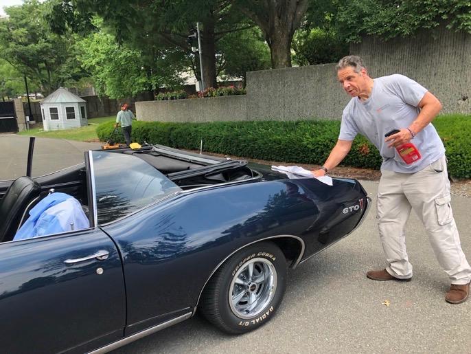 Cuomo polising classic car