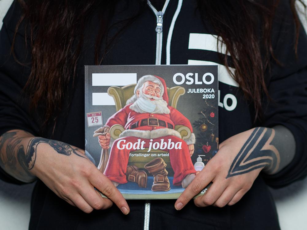 Tatoverte hender holder =Oslos julebok 2020