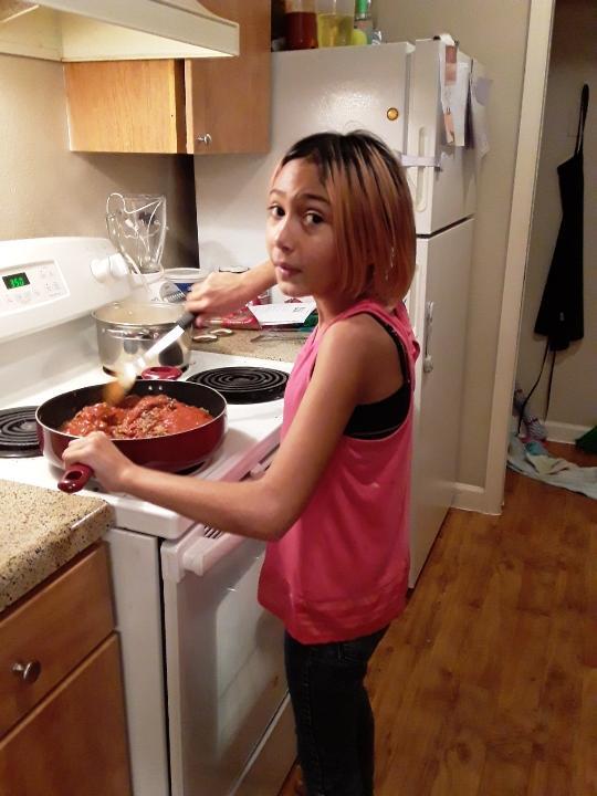 Jolie makes spaghetti for her family