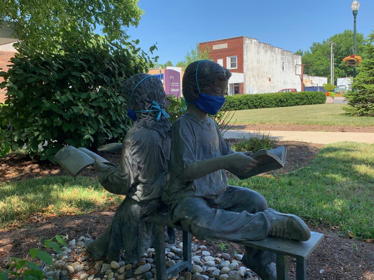 Statue of children reading