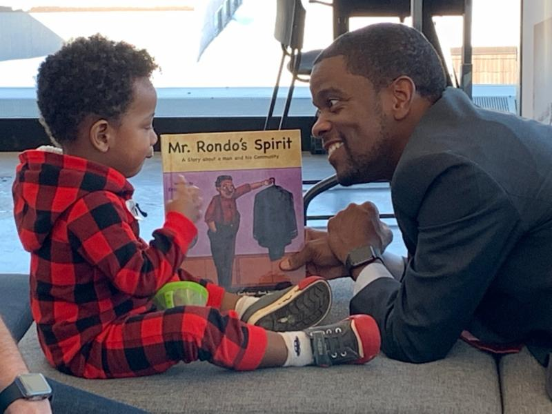 Saint Paul Mayor Melvin Carter III reads Mr. Rondo's Spirit to a young child