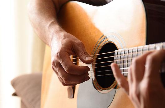 Photo de tocar la guitarra