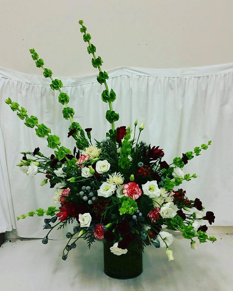 Holiday Floral Design by Cheyenne Narup is contest winner in Illinois State Floral Association Facebook contest - December 2017