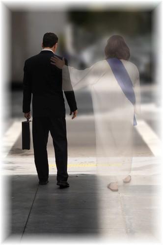 El camina a tu lado