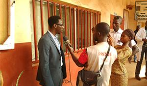Moussa Cisse talks with the media in Guinea