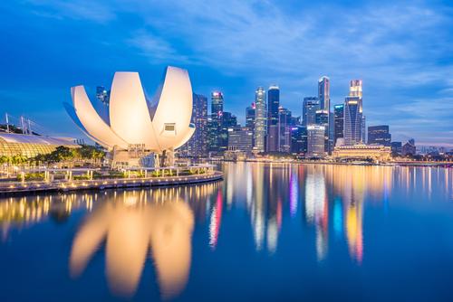 View of Marina Bay at night in Singapore City_ Singapore
