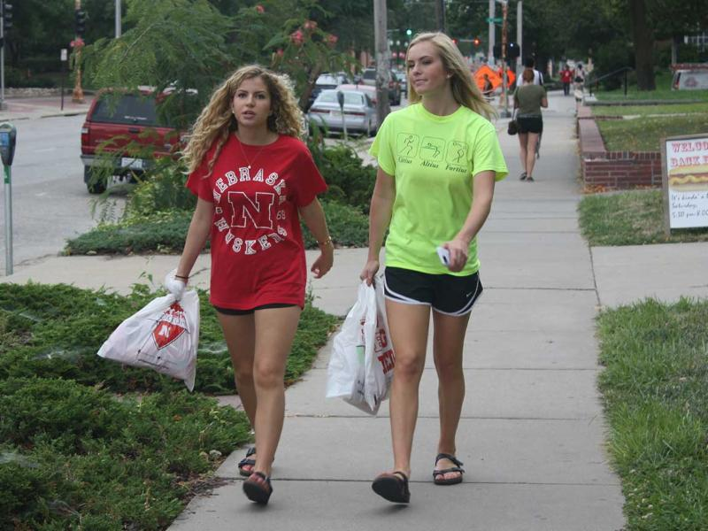 Students walk home from UNL bookstore.