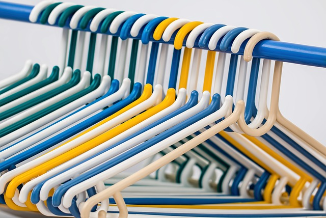 A rack with clothes hangers on it.